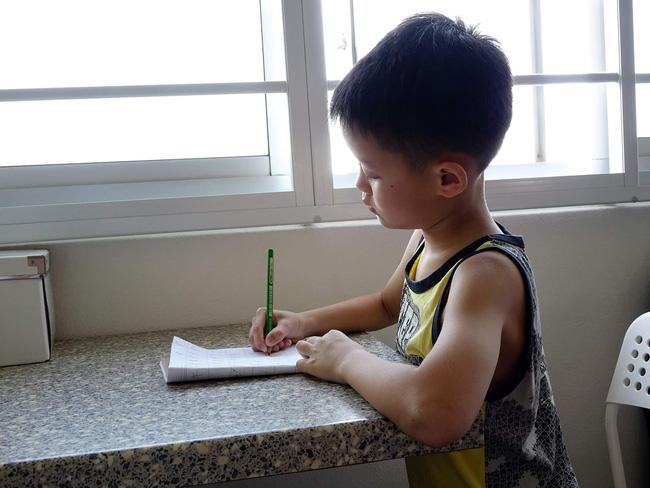 Dạy con trai học lớp 3 làm bài tập về nhà, ông bố tức đến mức đau tim, co giật, sùi bọt mép phải nhập viện cấp cứu - Hình 1