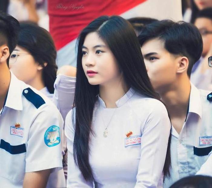 Dàn hot girl Việt nổi bật trong tà áo dài đặc sản mùa tựu trường - Hình 10