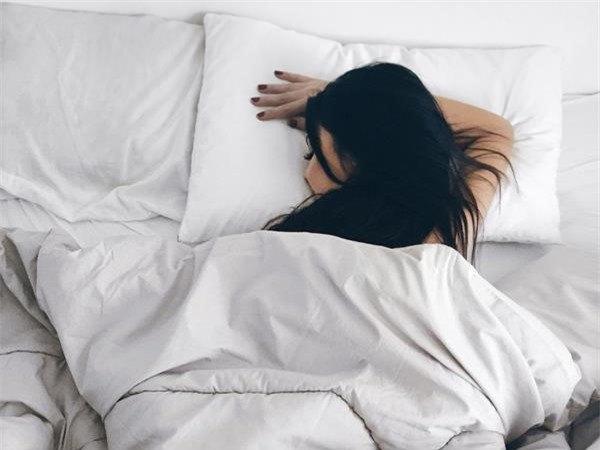 Những tư thế ngủ cho vòng 2 thon thả - Hình 2