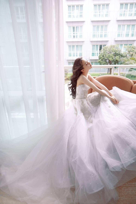 Angelababy khoe vòng một gợi cảm, Chương Tử Di 38 tuổi đóng gái 15 - Hình 3