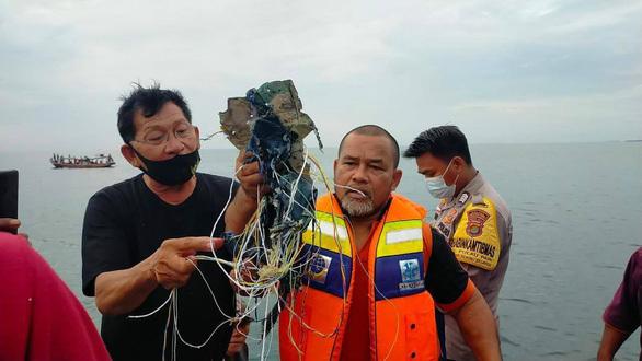 Nữ tiếp viên hàng không Indonesia bật khóc khi biết máy bay sắp rơi - Hình 3