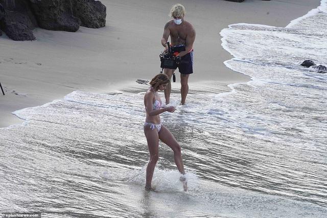 Siêu mẫu nội y Taylor Hill đẹp như mộng trên biển - Hình 2