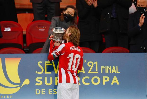 Đồng đội Messi ôm mặt giấu nỗi buồn, cầu thủ Bilbao hoá trang thành ngư dân sau chung kết Siêu Cúp Tây Ban Nha - Hình 7