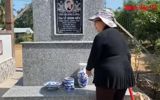 Vợ cố ca sĩ Vân Quang Long đã lộ diện sau drama đấu tố, lặng lẽ đến cắm hoa ở nơi thờ phụng chồng - Hình 5