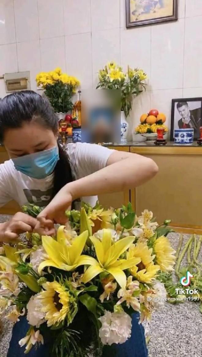 Vợ cố ca sĩ Vân Quang Long đã lộ diện sau drama đấu tố, lặng lẽ đến cắm hoa ở nơi thờ phụng chồng - Hình 3