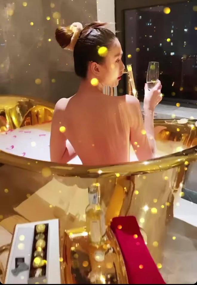 Ngọc Trinh tung ảnh bán nude, phô cả góc lưng trần sexy đến đỉnh điểm khi ngâm mình trong bồn tắm dát vàng - Hình 1