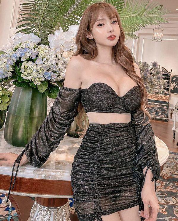 Mặc chiếc váy tàng hình dáng ôm sát, hot girl mê hoặc CĐM với đường cong mướt mắt - Hình 1