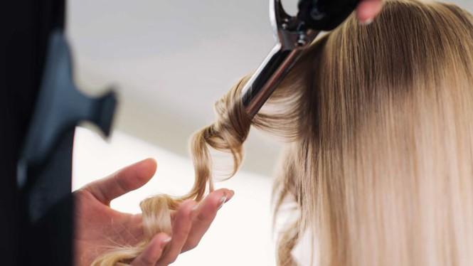 Làm đẹp đón Tết: Tự làm tóc xoăn sóng to vào nếp ngay tại nhà đẹp như ở ngoài tiệm - Hình 4