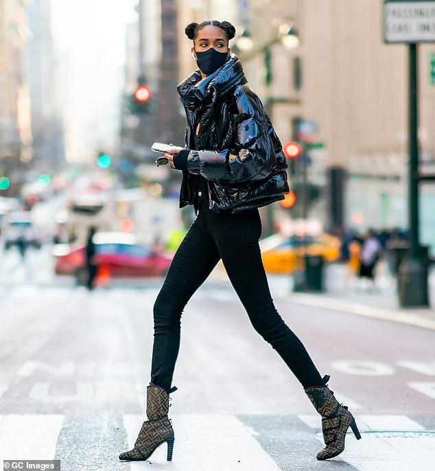 Siêu mẫu cao 1m82 khoe chân dài miên man trên đường phố New York - Hình 1