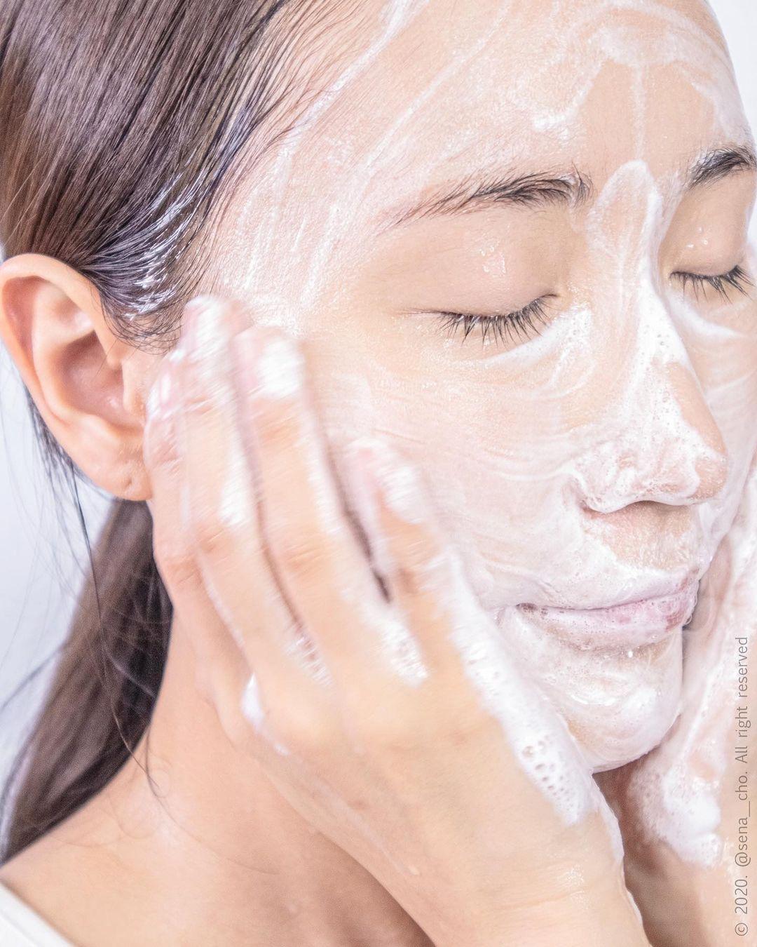 Áp dụng 4 tips này khi rửa mặt, đến Tết, da sẽ mịn căng, lỗ chân lông cũng nhỏ mịn hẳn - Hình 1