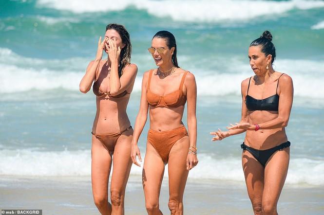 Siêu mẫu Alessandra Ambrosio khoe dáng đẹp như tạc tượng với bikini - Hình 5