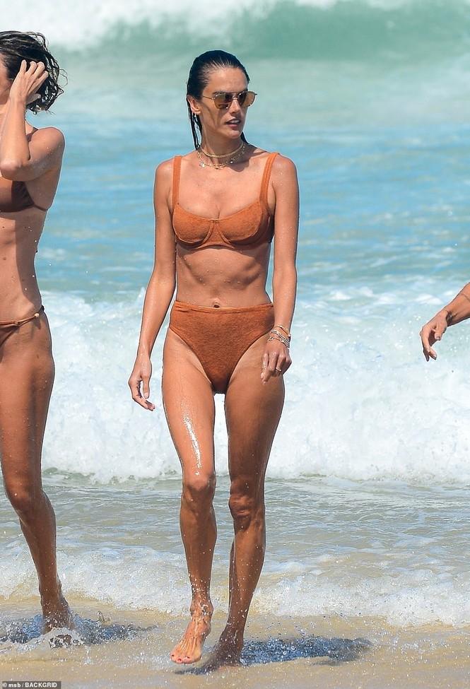 Siêu mẫu Alessandra Ambrosio khoe dáng đẹp như tạc tượng với bikini - Hình 12