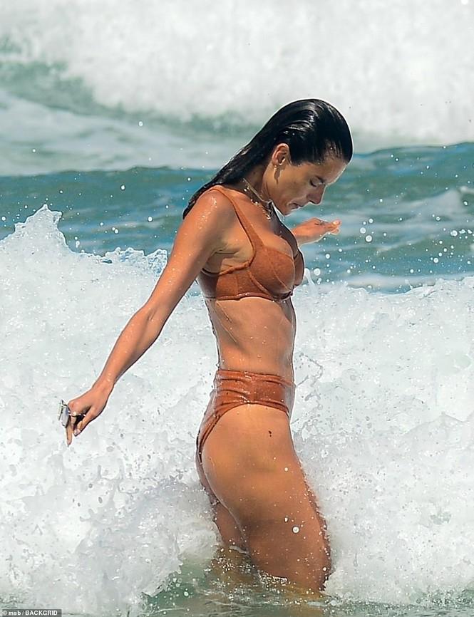 Siêu mẫu Alessandra Ambrosio khoe dáng đẹp như tạc tượng với bikini - Hình 10