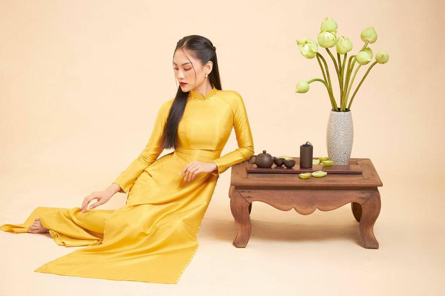 Người đẹp Nhân ái Huỳnh Nguyễn Mai Phương mặc áo dài chụp ảnh bên hoa sen đẹp như tranh - Hình 8