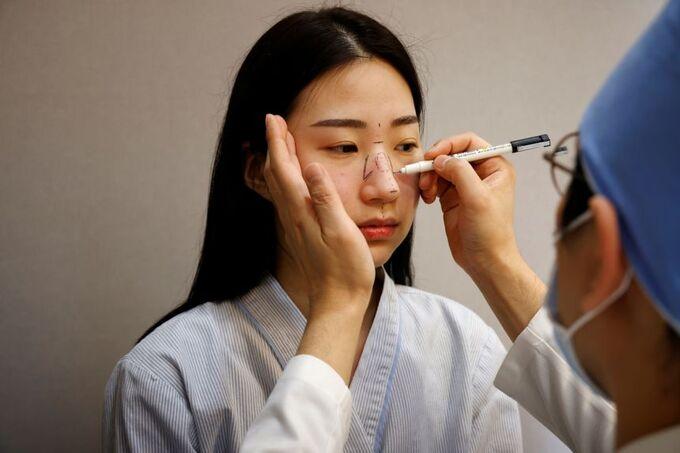 Giới trẻ Hàn đổ xô phẫu thuật thẩm mỹ vì có khẩu trang che đậy - Hình 1