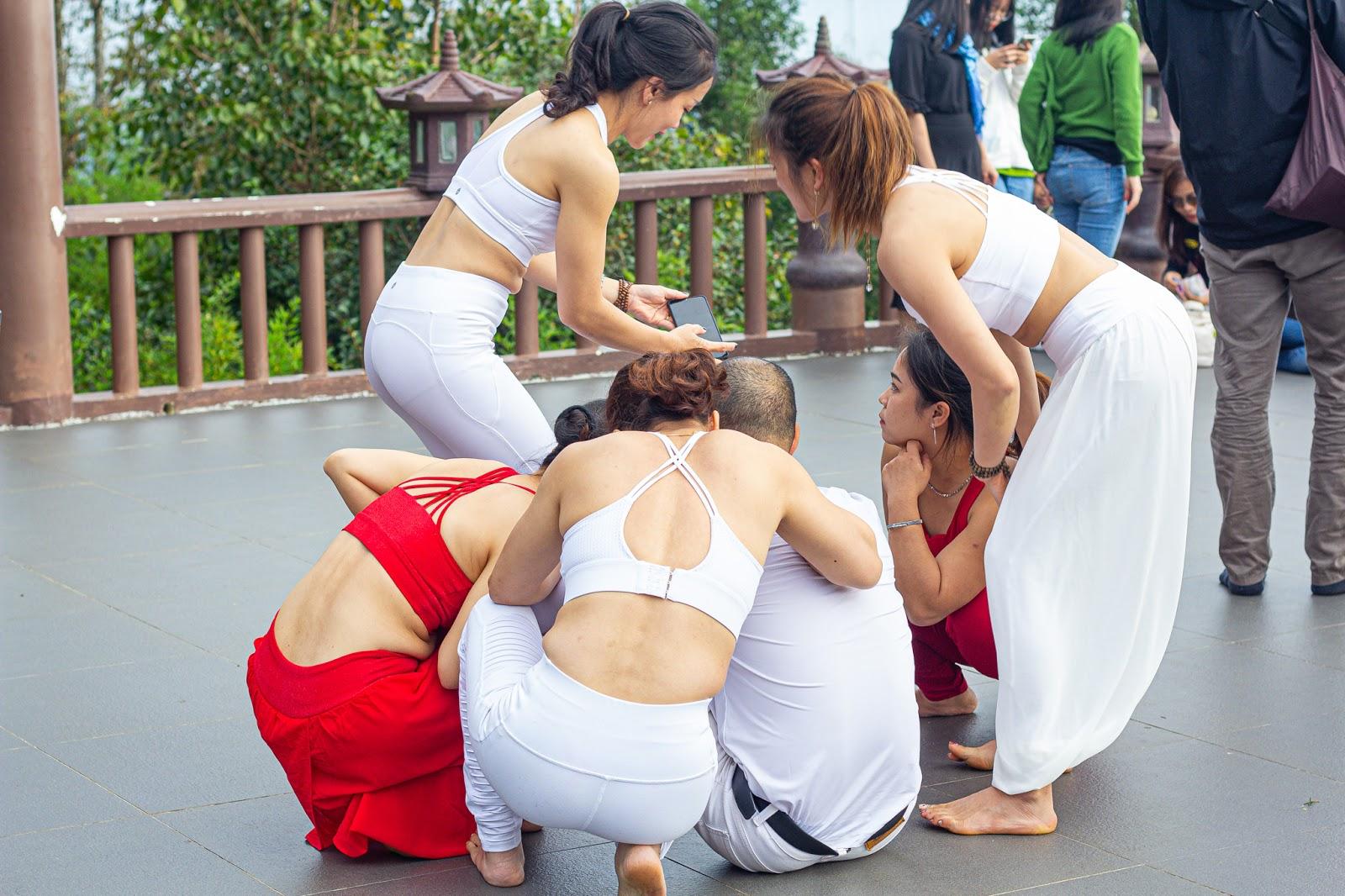 Độc Quyền - Cận cảnh nhóm phụ nữ U30 ăn mặc mát mẻ, tạo dáng nhạy cảm dù có biển cấm ở chùa Linh Quy Pháp Ấn - Hình 10