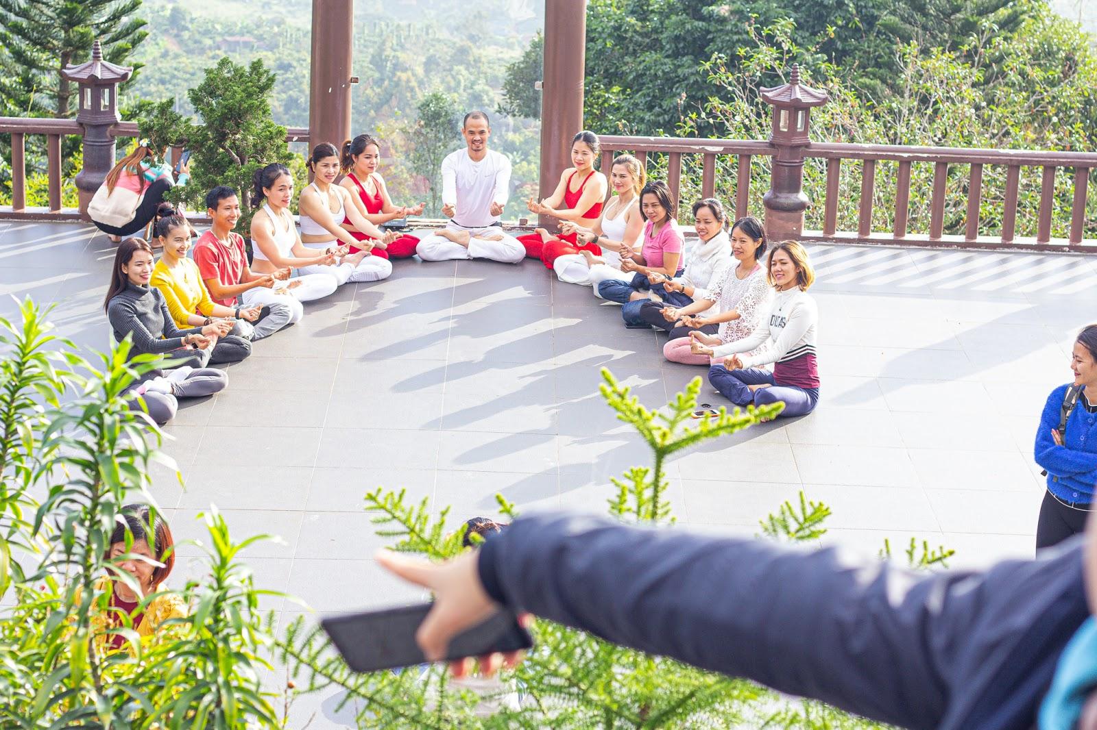Độc Quyền - Cận cảnh nhóm phụ nữ U30 ăn mặc mát mẻ, tạo dáng nhạy cảm dù có biển cấm ở chùa Linh Quy Pháp Ấn - Hình 5