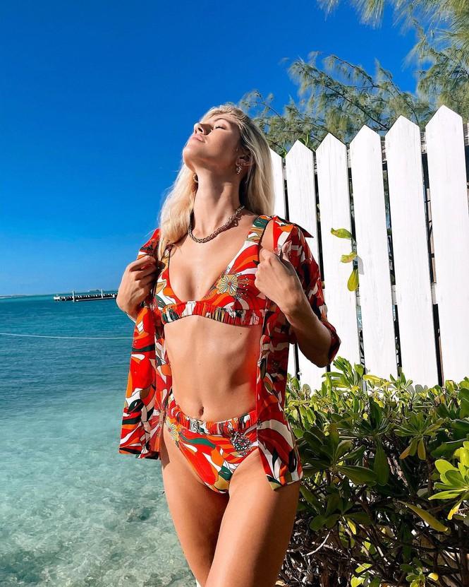 Nàng mẫu cao 1m80 Devon Windsor gợi cảm với bikini rực rỡ sắc màu - Hình 4