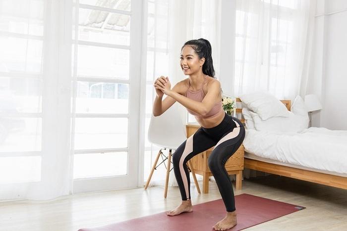4 bước tập sumo squat cực dễ giúp bạn gái có được vòng 3 căng mẩy như Ngọc Trinh - Hình 3