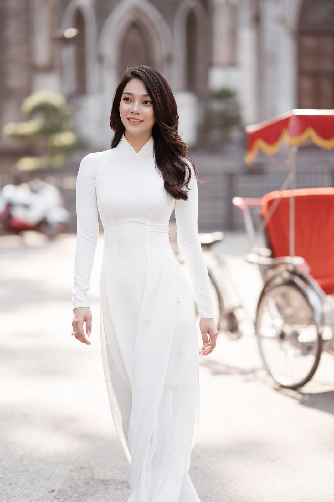 Lâm Thu Hồng gây sốc khi diện áo dài mỏng tang chụp ảnh giữa thời tiết Hà Nội dưới 15 độ C khắc nghiệt - Hình 3