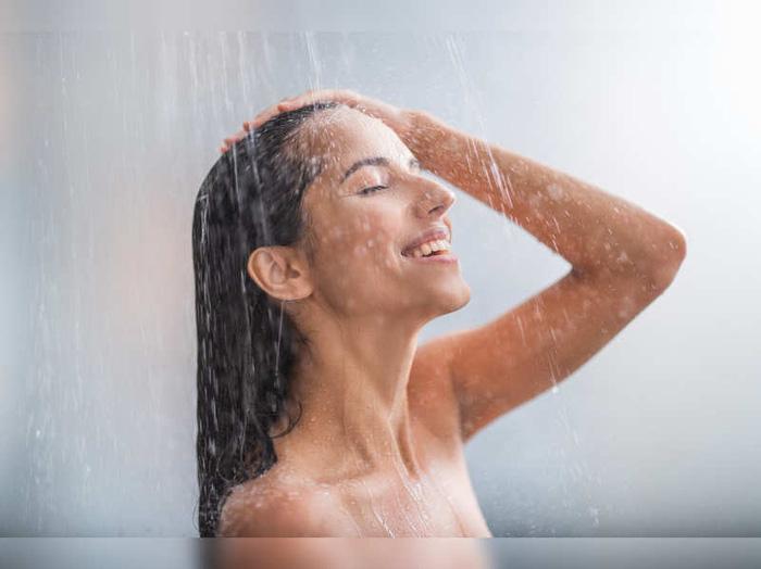 Thực hư chuyện tắm nước nóng gây rụng tóc vào mùa lạnh? - Hình 1