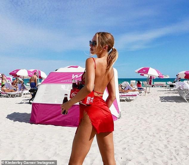Mẫu áo tắm Anh quốc thả dáng quyến rũ trên bãi biển - Hình 5