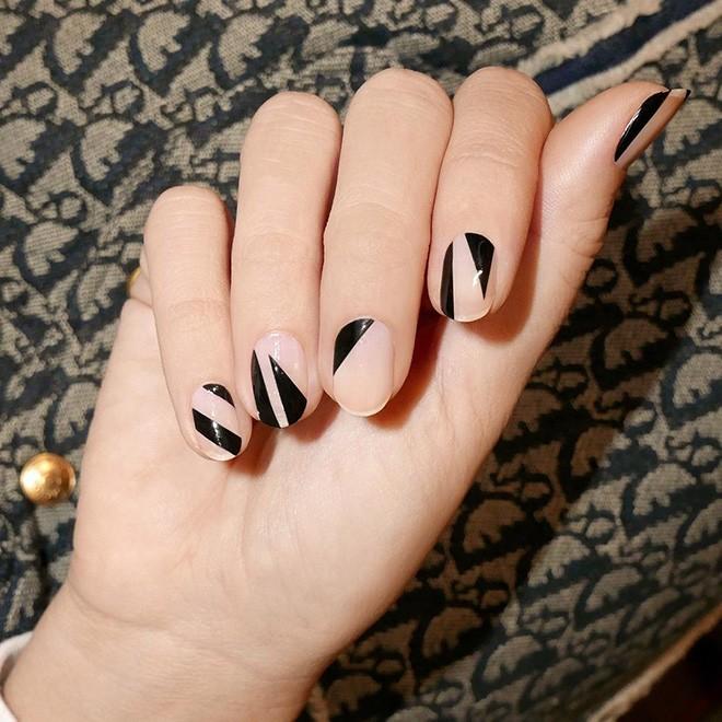 Năm 2021 đến rồi, mẫu nail màu đen ngỡ đơn giản cũng có trăm kiểu cho nàng thử quanh năm - Hình 2