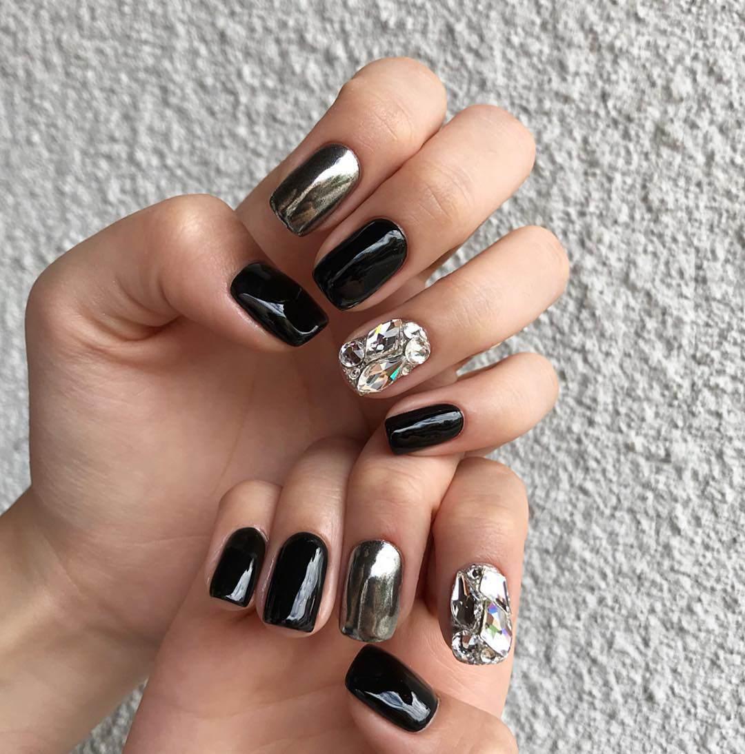 Năm 2021 đến rồi, mẫu nail màu đen ngỡ đơn giản cũng có trăm kiểu cho nàng thử quanh năm - Hình 7
