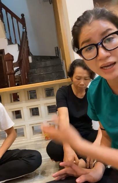 Giữa đêm, Trang Khàn đến tận nhà Hồ Văn Cường livestream, hỏi rõ thực hư chuyện nhờ CEO Phương Hằng đòi nợ giúp - Hình 1