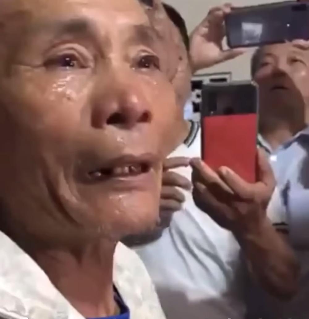 Thủy Tiên cứu trợ lũ ở Nghệ An, Hà Tĩnh: Nhiều người khóc khi nhận hàng trăm triệu đồng để trả nợ - Hình 7