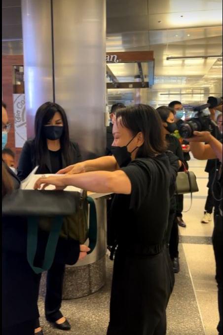 Việt Hương khóc trao tro cốt Phi Nhung cho con gái - Hình 3
