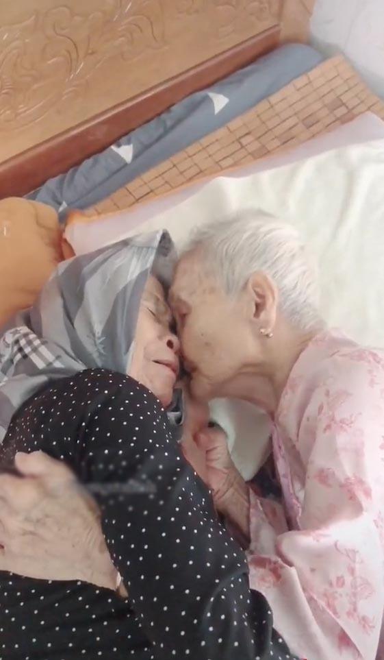 Mẹ 105 tuổi bật khóc khi gặp con 84 tuổi sau 3 tháng giãn cách - Hình 2