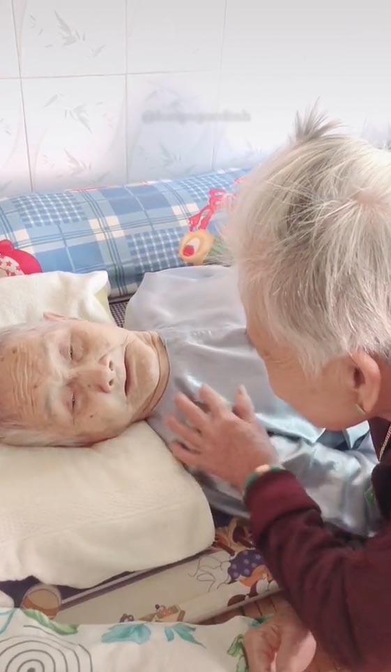 Mẹ 105 tuổi bật khóc khi gặp con 84 tuổi sau 3 tháng giãn cách - Hình 1