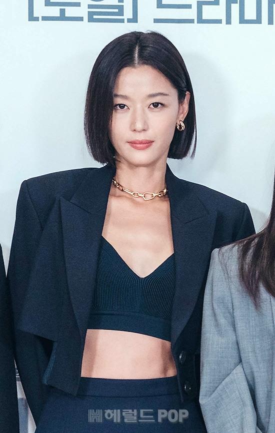 Sự kiện toàn cầu hot nhất hôm nay: Jeon Ji Hyun hở bạo khoe body khó tin, thái tử Joo Ji Hoon lần đầu hé lộ quan hệ với mợ chảnh - Hình 1
