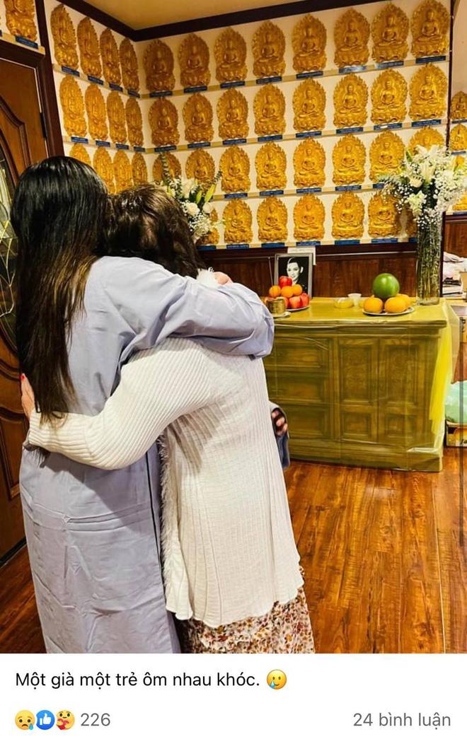 Con gái ca sĩ Phi Nhung chuẩn bị cúng thất đầu cho mẹ tại Mỹ, nét mặt đượm buồn tựa vào người thân gây xót xa - Hình 2