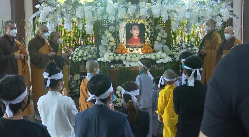 Đàn con Phi Nhung buồn rười rượi khi cầu siêu tại Tu viện - Hình 26