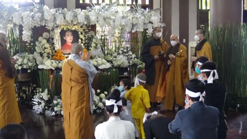 Đàn con Phi Nhung buồn rười rượi khi cầu siêu tại Tu viện - Hình 18
