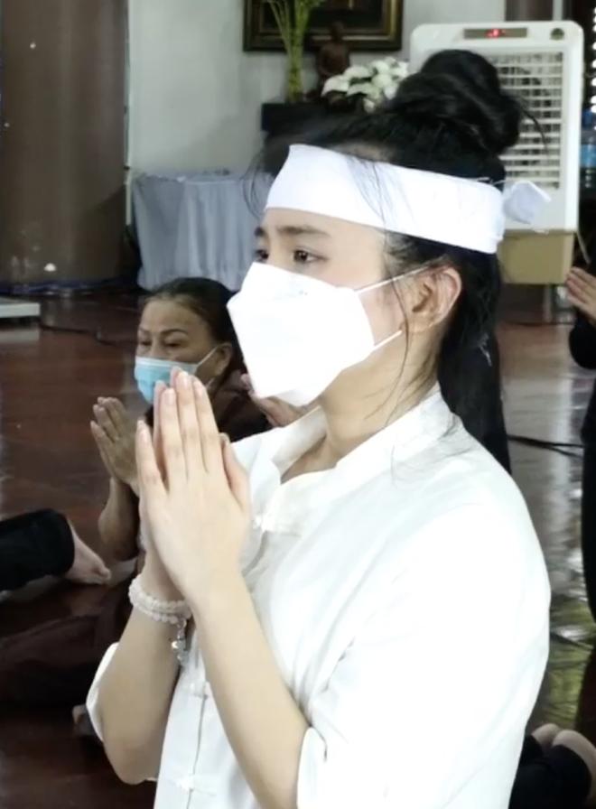 Thông báo hoãn lễ tưởng niệm, gia đình tổ chức cầu siêu cho ca sĩ Phi Nhung, các con nuôi xúc động bật khóc - Hình 4