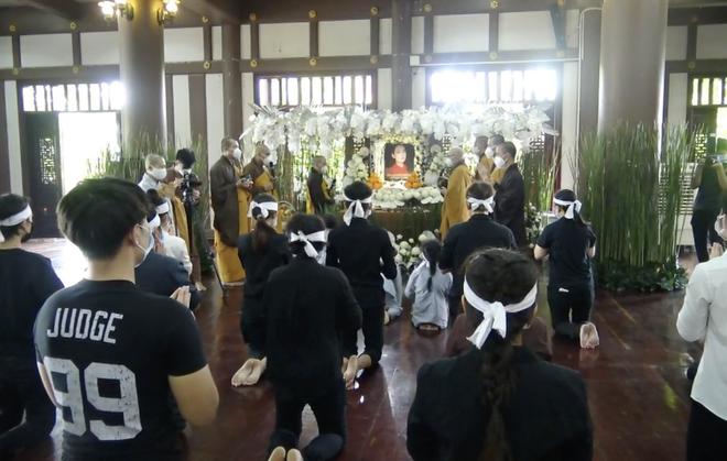 Thông báo hoãn lễ tưởng niệm, gia đình tổ chức cầu siêu cho ca sĩ Phi Nhung, các con nuôi xúc động bật khóc - Hình 2