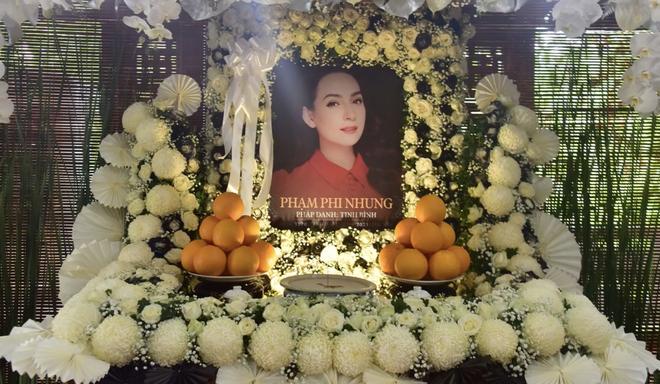 Thông báo hoãn lễ tưởng niệm, gia đình tổ chức cầu siêu cho ca sĩ Phi Nhung, các con nuôi xúc động bật khóc - Hình 3