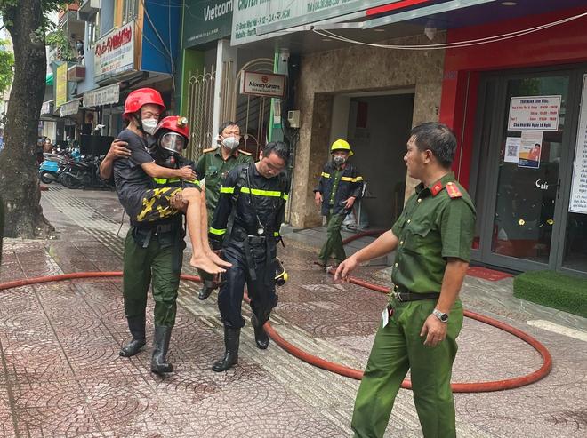 TP.HCM: Nhà 6 tầng bốc cháy, Cảnh sát bế người đàn ông bị mắc kẹt thoát nạn - Hình 1