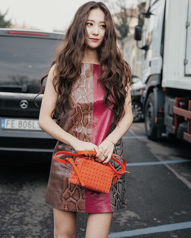 Dàn nữ thần Kpop đại náo Fashion Week: Jennie - Suzy cứ hở bạo là bung xoã xịt máu, Jisoo hay Krystal mới đạt ngưỡng visual nữ thần? - Hình 18