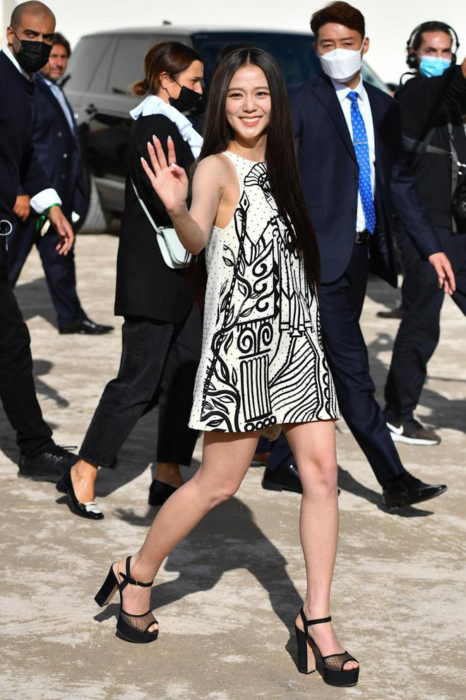Dàn nữ thần Kpop đại náo Fashion Week: Jennie - Suzy cứ hở bạo là bung xoã xịt máu, Jisoo hay Krystal mới đạt ngưỡng visual nữ thần? - Hình 14
