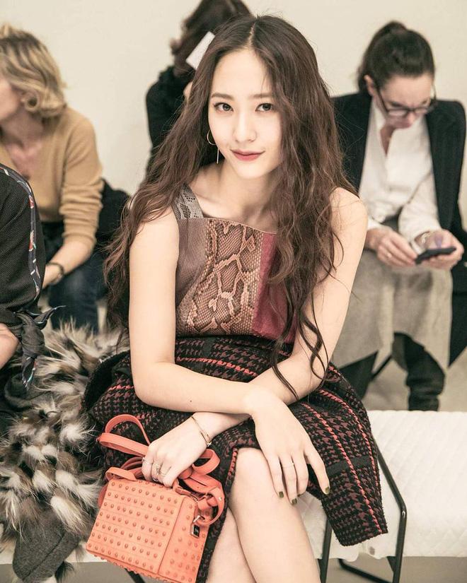 Dàn nữ thần Kpop đại náo Fashion Week: Jennie - Suzy cứ hở bạo là bung xoã xịt máu, Jisoo hay Krystal mới đạt ngưỡng visual nữ thần? - Hình 20