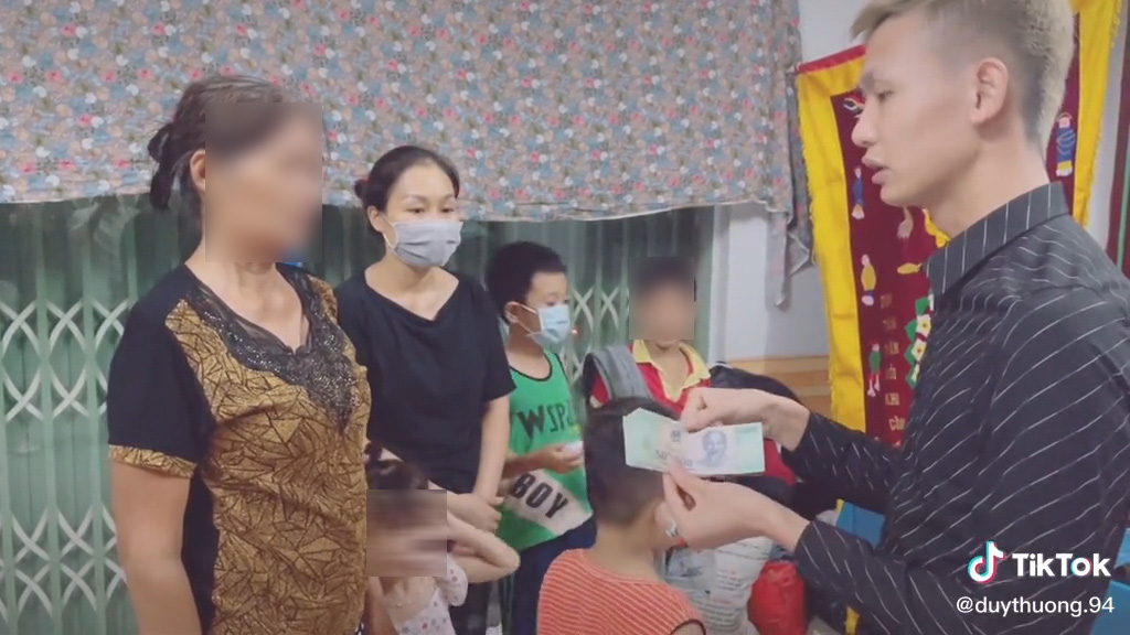 Duy Thường TV tung clip đi viếng Nam Ok liền bị chỉ trích dữ dội: Đi viếng đám ma cũng phải có ê-kip quay đăng lên à? - Hình 3