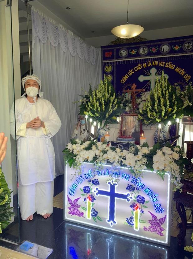 NS Hoài Linh lần đầu lộ diện sau 4 tháng ở ẩn, tiều tuỵ thấy rõ trong tang lễ bố ruột vừa qua đời tại Việt Nam - Hình 1