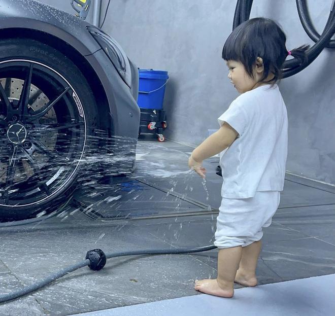 """Ái nữ của Cường Đô La xắn quần để rửa siêu xe, 1 đại gia khét tiếng Sài thành vào """"chốt đơn"""" ngay và luôn!"""