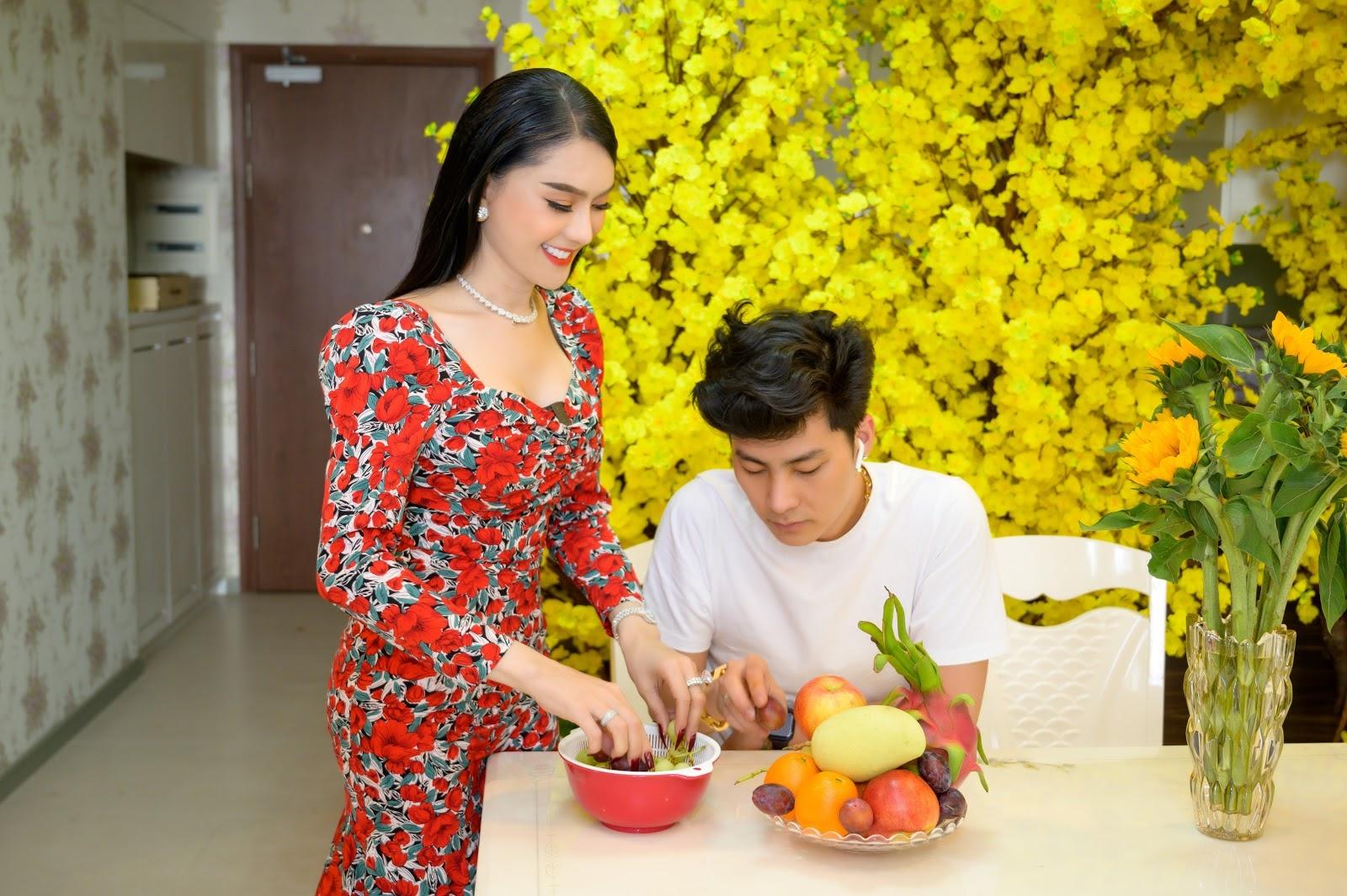 Vợ chồng Lâm Khánh Chi hạnh phúc trong ngôi nhà ngập tràn hoa đón Tết - Hình 3