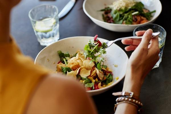 Ăn salad để giảm cân, tiêu hóa tốt nhưng mắc phải 7 sai lầm này thì ăn bao nhiêu cũng phí - Hình 2