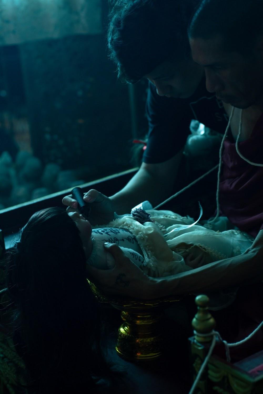 Rợn da gà bối cảnh vẽ bùa, làm phép búp bê Kumanthong trong phim kinh dị tâm linh Thiên thần hộ mệnh - Hình 7